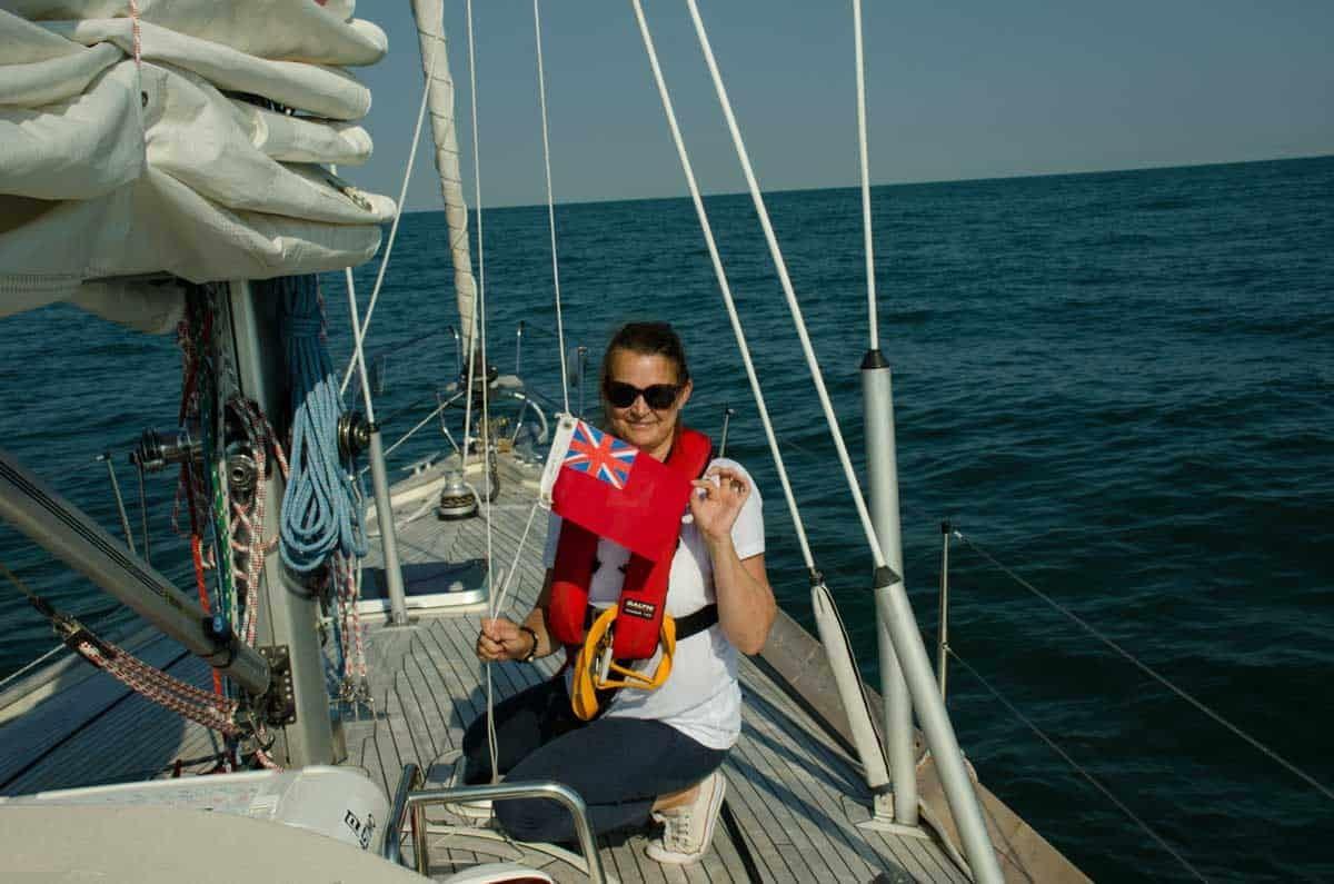 hissar flaggan på båten