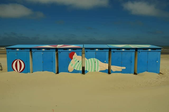 badhytter och sand